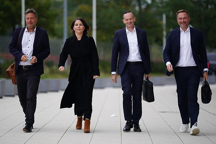 A királycsinálók, azaz a Zöldek és az FDP vezetői - Robert Habeck (Zöldek), Annalena Baerbock (Zöldek), Volker Wissing (FDP) és Christian Lindner (FDP) - érkeznek egy előzetes koalíciós egyeztetésre Berlinben 2021. október 11-én. Forrás: EPA/CLEMENS BILAN