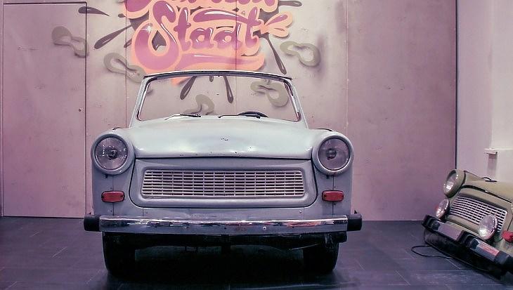 Trabant egy német garázsban. Nem érintené a chiphiány, ha gyártanák még. (Pixabay.com)
