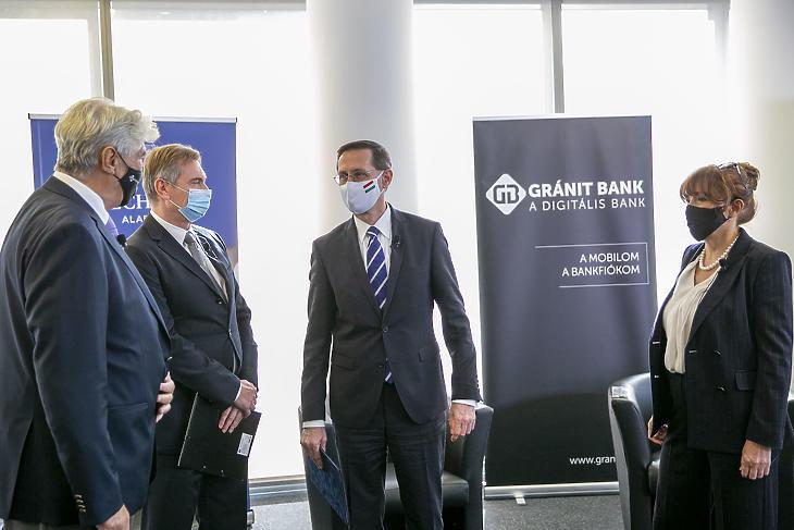 Varga Mihály (jobbról a második) a Gránit Bank vezetőinek körében. Fotó: Gránit Bank
