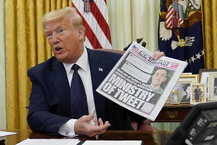 Donald Trump amerikai elnök a New York Post nevű újságot tartja a kezében a washingtoni Fehér Ház Ovális irodájában 2020. május 28-án. MTI/AP/Evan Vucci