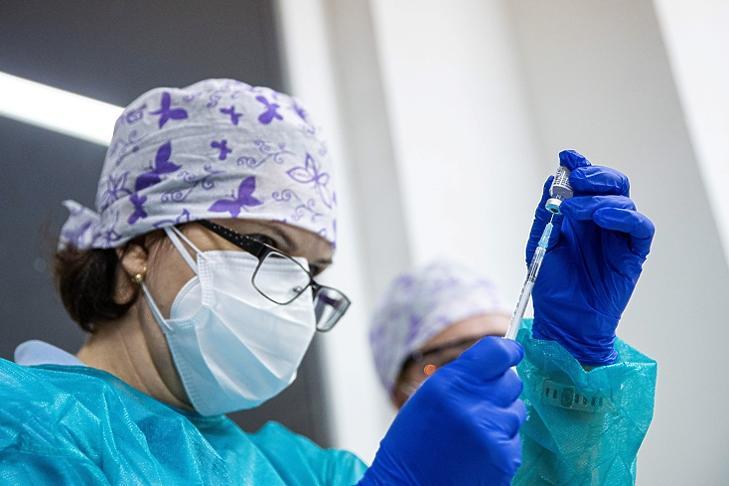 Egy egészségügyi dolgozó készít elő egy Pfizer-BioNTech vakcinát egy nyitrai kórházban 2020. december 26-án. (EPA)
