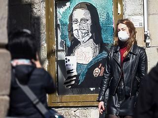 A nap képe: Mona Lisa maszkban, mobillal