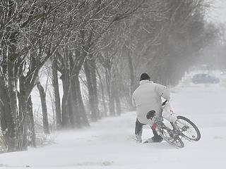 Kiadták a figyelmeztetést a havazás miatt: ne induljanak útnak!