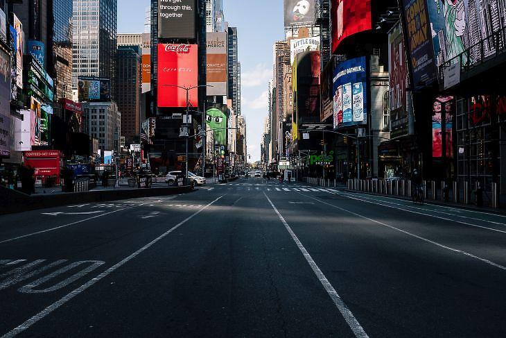 Az üres Times Square New Yorkban 2020. április 22-én. EPA/Alba Vigaray