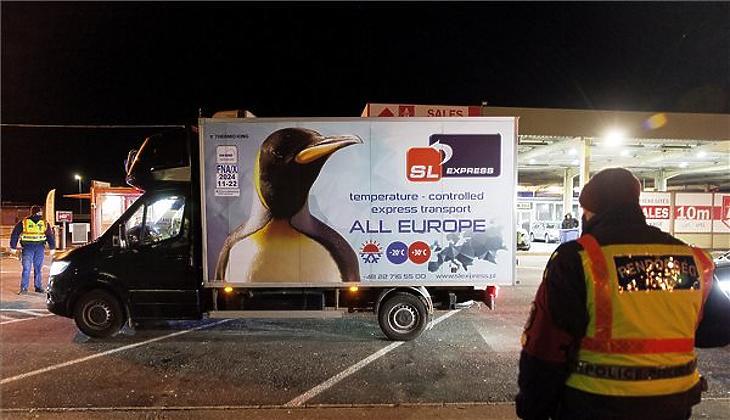 Az első adag oltóanyag közúton érkezett (Fotó: Krizsán Csaba / MTI)