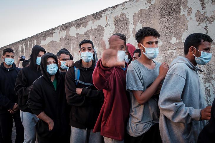Európába igyekvő marokkói illegális bevándorlók távoznak a Kanári-szigetekhez tartozó Gran Canaria szigetén fekvő Arguineguin kikötőjében létesített befogadóállomásról, ahonnan a hatóságok Las Palmasba szállítanak több mint 200 migránst 2020. november 17-én. (Fotó: MTI/EPA/EFE/Angel Medina)