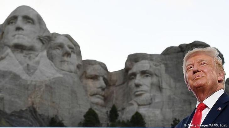 Donald Trump pénteken, a dél-dakotai Mount Rushmore mellett. Fotó: Getty Images/AFP