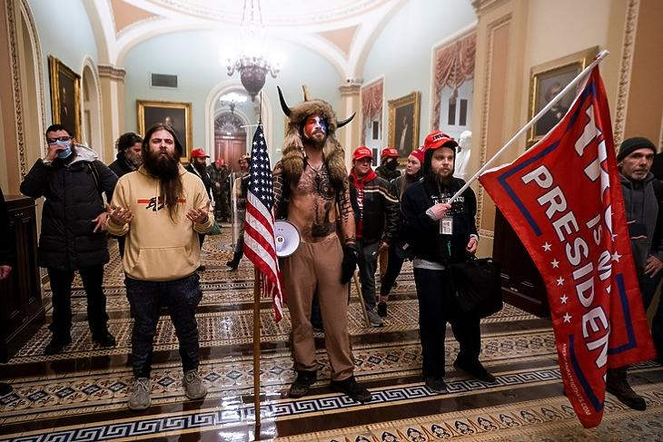 Trump-párti tüntetők a Szenátus bejárata előtt a Capitoliumban Washingtonban 2021. január hatodikán. EPA/JIM LO SCALZO