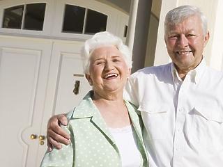 Több ezer nyugdíjas dolgozik a kereskedelemben vagy takarítóként
