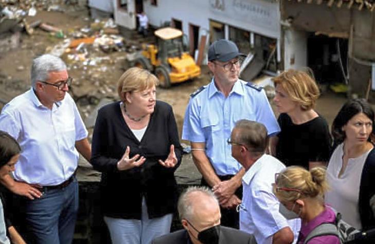Angela Merkel kancellár (b2) és Malu Dreyer, Rajna-vidék-Pfalz miniszterelnöke (j2) látogatást tesz az árvíz sújtotta Schuldban (Fotó: MTI/EPA/Sascha Steinbach )