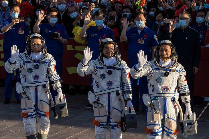 Tang Hongbo, Nie Haisheng és Liu Boming 2021. június 17-én a kilövés előtt. Fotó: EPA / Roman Pilipey