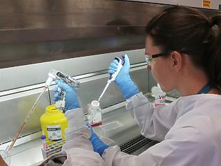 Le kellett állítani a Johnson and Johnson koronavírus-vakcina tesztelését