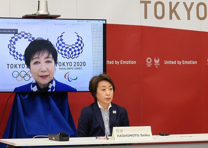 Hasimoto Szeiko, a 2020-as tokiói nyári olimpiát és paralimpiát előkészítő bizottság elnöke (j) Juriko Koikének, Tokió kormányzójának (a képernyőn) a beszédét hallgatja a koronavírus-járvány miatt 2021-re halasztott 2020-as tokiói nyári játékokról folytatott tanácskozáson Tokióban 2021. március 20-án. Az olimpiai szervezőbizottság ezen a napon bejelentette, hogy a koronavírus-járvány miatt külföldi szurkolók nem lehetnek ott az idén nyárra halasztott tokiói olimpia és paralimpia versenyein. MTI/EPA/Pool/Cuno Josikazu