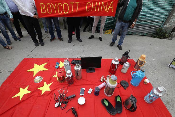 Kína-ellenes tüntetés Indiában. Tibeti fiatalok a kínai áruk bojkottjára szólítanak fel. Fotó: EPA/Sanjay Baid