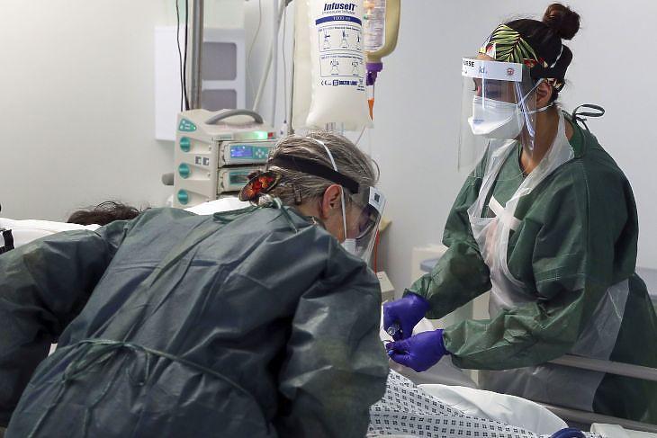 Nővérek kezelnek egy koronavírusos beteget a Frimley Park kórház intenzív osztályán Surrey-ben Nagy-Britanniában 2020. május 22-én. EPA/Steve Parsons