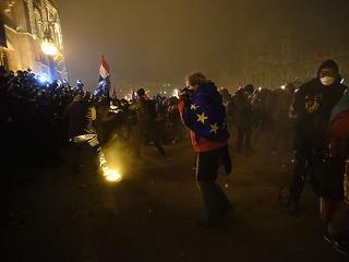 A nap képei: tömegtüntetés Budapesten, füstfelhőben úszik a Parlament