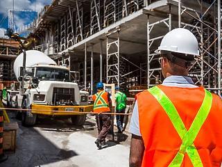 Futószalagon szállítja a negatív számokat az építőipar