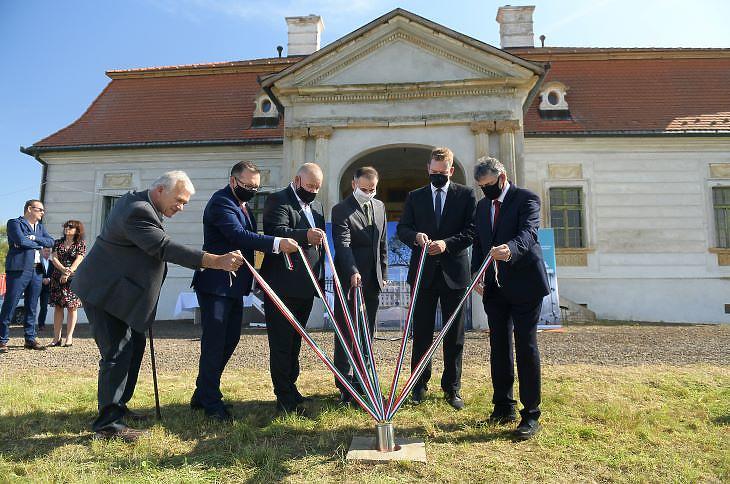 Alapkőletétel a Becsky-Kossuth kúriánál (fotó: MTI)