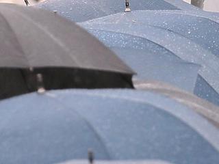 A nap képe: szakadó esőben érkezett a világ legfontosabb találkájára az egyik résztvevő