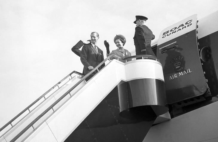 II. Erzsébet 1966-os barbadosi látogatása végén elköszön népétől. Hamarosan barbadosi népe fog búcsút inteni neki. Fotó: The Royal Family on Twitter