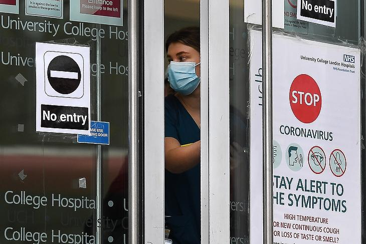 A korlátozásokkal is mentesítenék a brit egészségügyet (Fotó: EPA/ANDY RAIN)