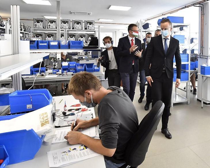 Szijjártó Péter külgazdasági és külügyminiszter (és Rétvári Bence, az Emberi Erőforrások Minisztériumának parlamenti államtitkára, a térség KDNP-s országgyűlési képviselője a Panther 5 típusú lélegeztetőgépeket gyártó Celitron Medical Technologies Kft. váci központjában 2020. szeptember 25-én. (Fotó: MTI/Máthé Zoltán)