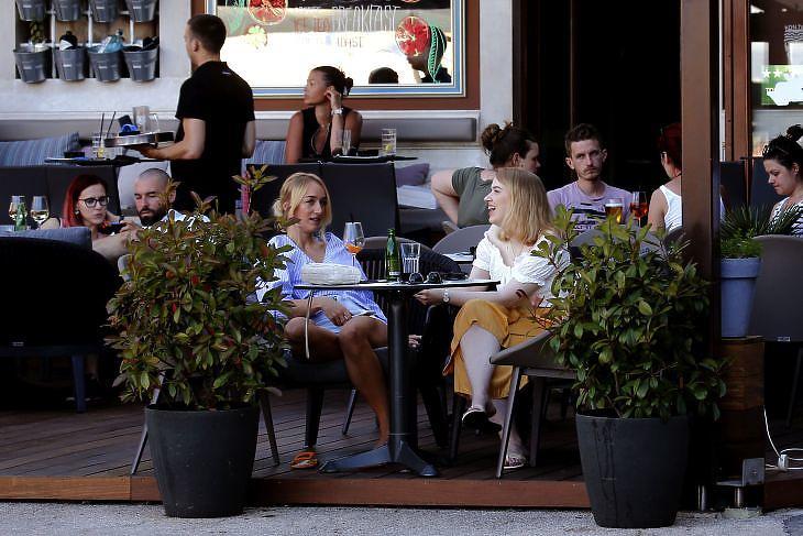 Turisták egy kávézóban az opatijai Riviérán 2020. július elsején. EPA/ANTONIO BAT