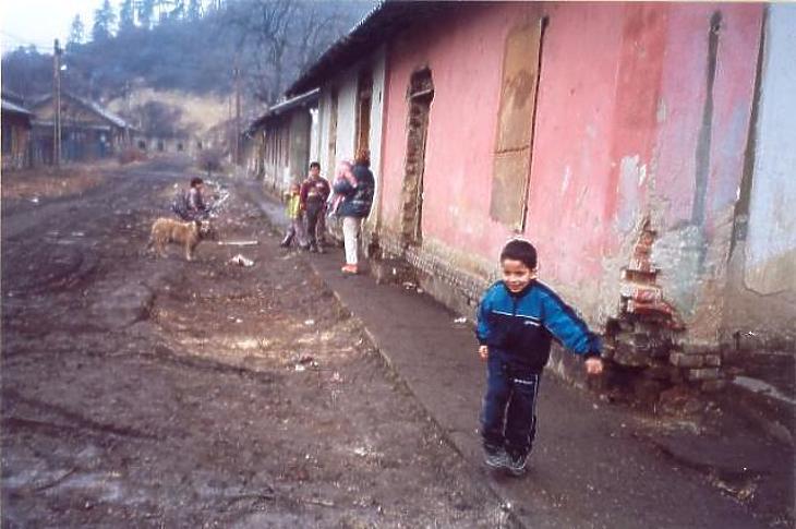 Itthon is sokan élnek mélyszegénységben. Ez a fotó az ózdi romatelepen készült.