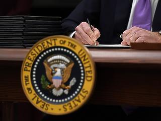 Biden egy nappal korábban aláírta a gazdasági mentőcsomagról szóló törvényjavaslatot
