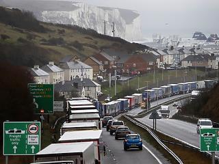 Brit és lengyel katonák, francia tűzoltók segítik az Angliában várakozó kamionosok tesztelését