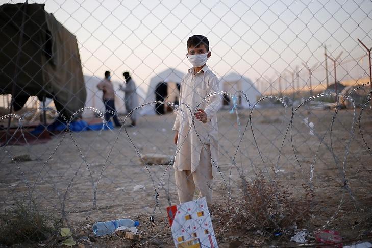 Egy afgán fiú áll az afganisztáni-iráni határon az iráni Szisztán és Beludzsisztán tartományban 2021. augusztus 16-án. ( EPA/MOHAMMAD JAVADZADEH/Iráni vöröskereszt)
