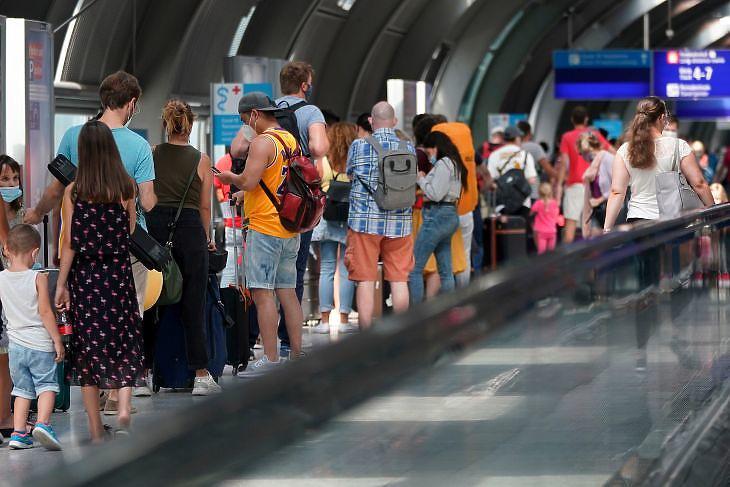 Koronavírus-tesztre várakozó utasok a frankfurti repülőtéren 2020. augusztus 16-án. EPA/RONALD WITTEK
