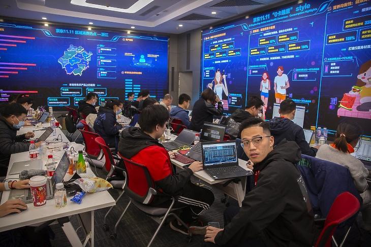 A Kína második legnagyobb e-kereskedelmi platformjának számító JD.com alkalmazottai a számítógépeiken dolgoznak a cég operációs központjában 2020. november 11-én, a szinglik, azaz az egyedülállók napján. A szinglik napja alkalmából tartott kereskedelmi akció idén már november 1-jén elkezdődött. A JD.com közlése szerint november 1-jén az áruforgalma 90 százalékkal nőtt a tavalyi év azonos napjához képest, míg november 11-én az első 10 percben tranzakciós volumene elérte a 200 milliárd jüant. MTI/AP/Mark Schiefelbein