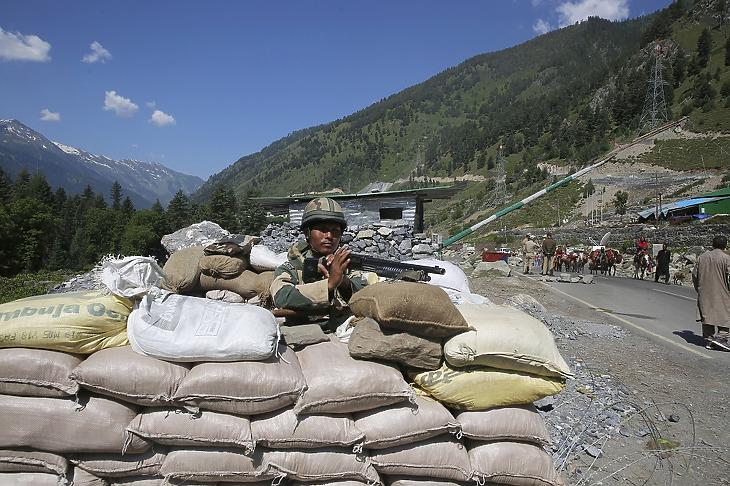 Indiai katona őrt áll a Ladak felé tartó autóút mellett a Szrinagartól, a Dzsammu és Kasmír szövetségi állam nyári fővárosától 81 kilométerre fekvő Ganageerban, az indiai-kínai határ közelében 2020. június 17-én,, miután a két ország határőrsége között kialakult összetűzésben az előző nap legalább húsz indiai katona életét vesztette. MTI/EPA/Farúk Hán