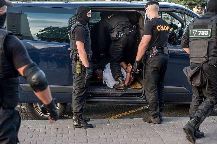 Rendőrök őrizetbe vesznek egy demonstrálót Minszkben 2020. augusztus 10-én. EPA/YAUHEN YERCHAK
