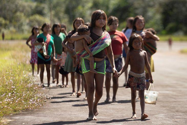 A Ye'kuana és a Yanomami törzs tagjai érkeznek koronavírus-vizsgálatra a brazíliai Auarisban 2020. június 30-án. EPA/Joedson Alves