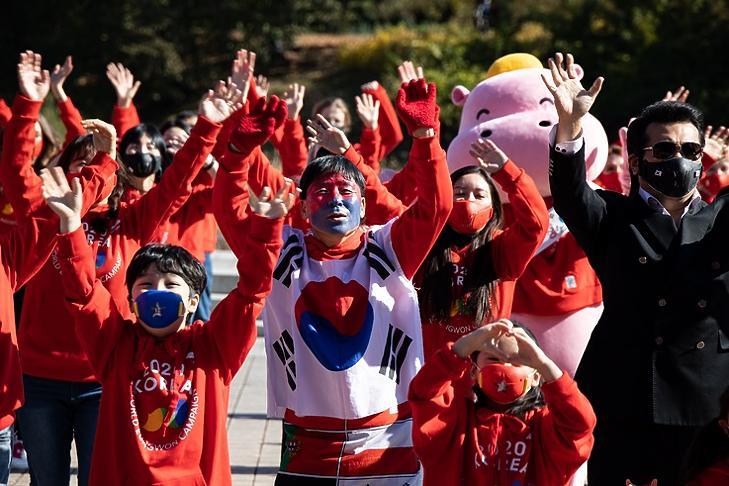 A World Eungwon Organization tagjai gyakorlatoznak a szöuli Olimpiai Parkban 2020. október 24-én.  A szervezet neve azt jelenti, hogy szurkolj valakiért! Céljuk, hogy reményt és boldogságot sugározzanak a mostani nehéz időkben. EPA/JEON HEON-KYUN