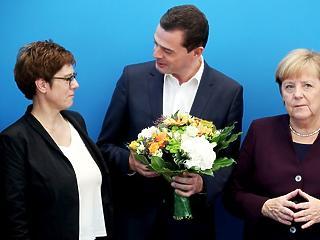 Mégsem indul a kancellárságért Merkel kiszemelt utódja, a CDU éléről is távozik