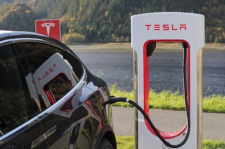 Tesla-töltés (Pixabay)