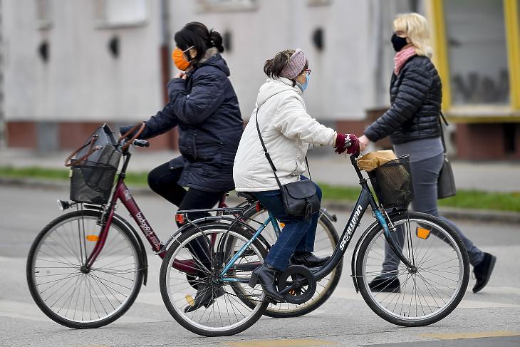Védőmaszkot viselő kerékpárosok és gyalogos Hajdúböszörményben 2020. november 12-én. (Fotó: MTI/Czeglédi Zsolt)