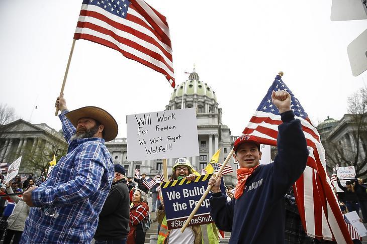 A koronavírus-járvány miatt elrendelt korlátozások feloldását, a megszokott élet újraindítását követelik tüntetők Tom Wolfe pennsylvaniai kormányzótól az állam parlamentjének harrisburgi épülete előtt 2020. április 20-án. MTI/AP/Matt Rourke