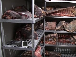 Lekaparták a penészt a húsról, utána eladták – pofátlan üzemre bukkantak