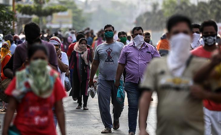 Védőmaszkot viselő emberek állnak sorban egy bevásárlóközpont előtt az indiai Mahárástra szövetségi állambeli Mira Road városban 2020. március 25-én. MTI/EPA/Divjakant Szolanki
