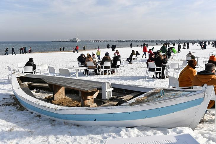 Menekülés a stresszből: pihenő emberek Észak-Lengyelországban, a Balti-tengernél fekvő Sopotban 2021. február 21-én. EPA/Adam Warzawa POLAND OUT