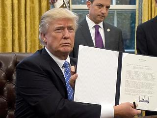Egyik kezével simogat, másikkal üt: mire készül Trump?