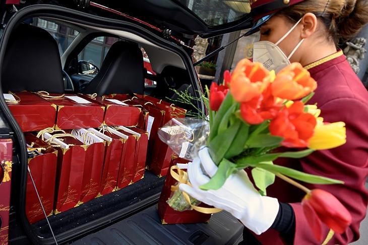 Elvitelre készült csomagokat pakol be egy autóba a Hotel Sacher alkalmazottja Bécsben 2021. február 4-én. EPA/CHRISTIAN BRUNA