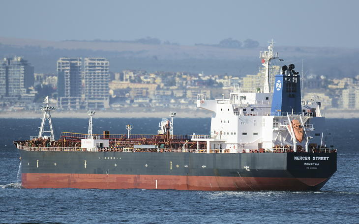 A 2021. július 31-én közreadott, 2016. január 2-án készült képen a libériai zászló alatt hajózó Mercer Street nevű olajszállító tartályhajó Dél-Afrika fővárosa, Fokváros partjai közelében. Az izraeli tulajdonú Zodiac Maritime nevű cég által üzemeltetett hajót támadás érte Omán térségében 2021. július 30-án. (Fotó: MTI/AP/Johan Victor/Johan Victor)