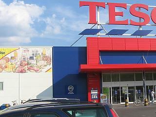 Áruházakat zár be a Tesco, miközben csillagászati fizetést vesz fel a vezér