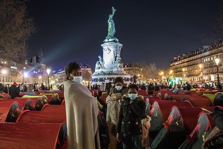 Illegális bevándorlók sátortábora a párizsi Köztársaság téren 2021. március 25-én, a Szolidaritás éjszakája nevű rendezvényen. Támogatóik közreműködésével körülbelül 300 illegális bevándorló vert tábort Párizs belvárosának egyik legforgalmasabb közlekedési csomópontjánál. Illusztráció. (Fotó: MTI/EPA/Christophe Petit Tesson)