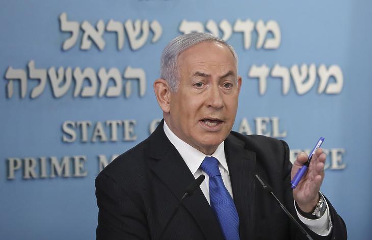 Benjámin Netanjahu izraeli miniszterelnök bejelenti az Izrael és az Egyesült Arab Emírségek közötti békemegállapodást a jeruzsálemi miniszterelnöki hivatalban 2020. augusztus 13-án. MTI/EPA pool/Abir Szultan
